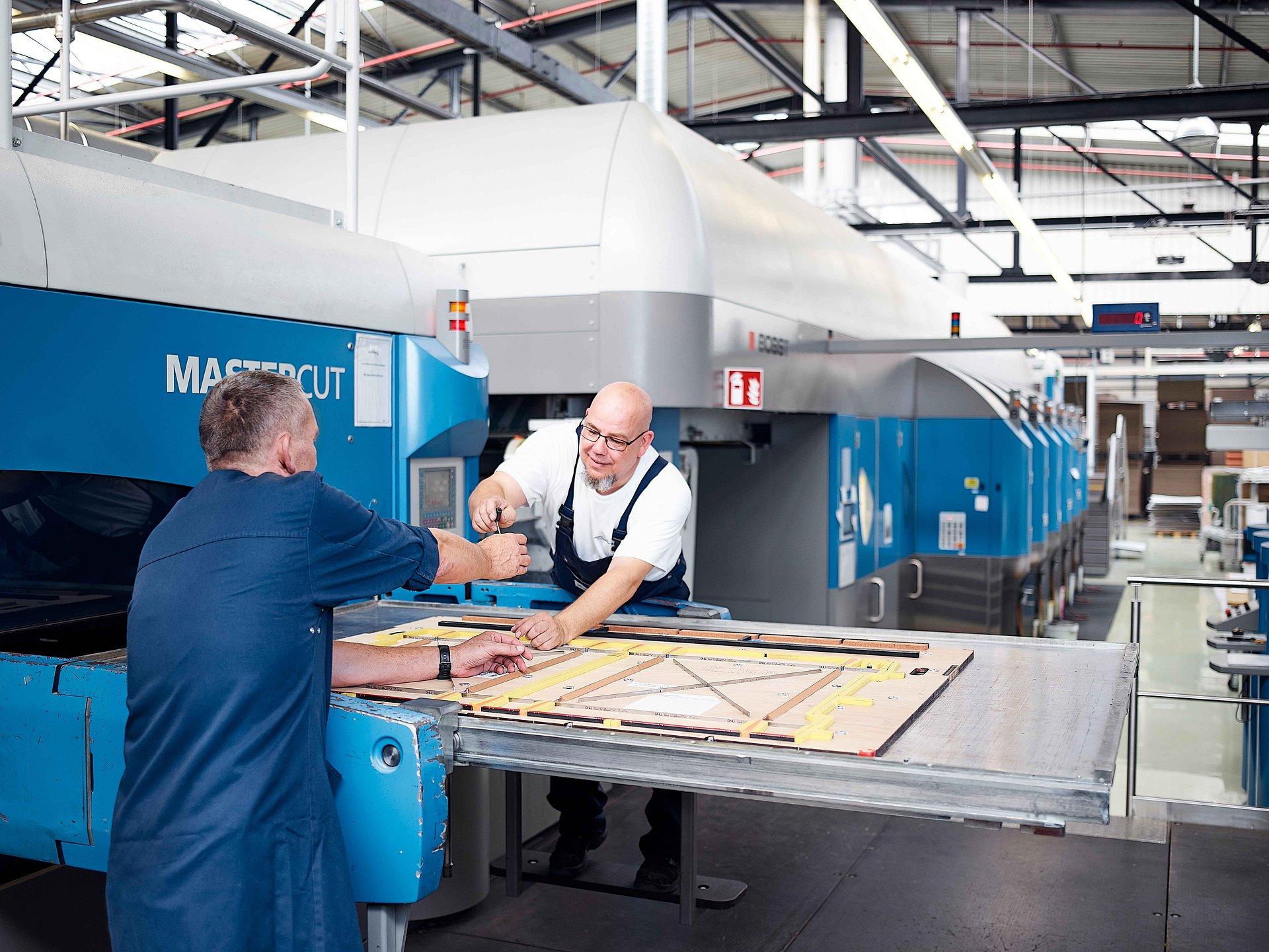 Mitarbeiter von Brohl Wellpappe in Mayen an der Flexodruck Maschine