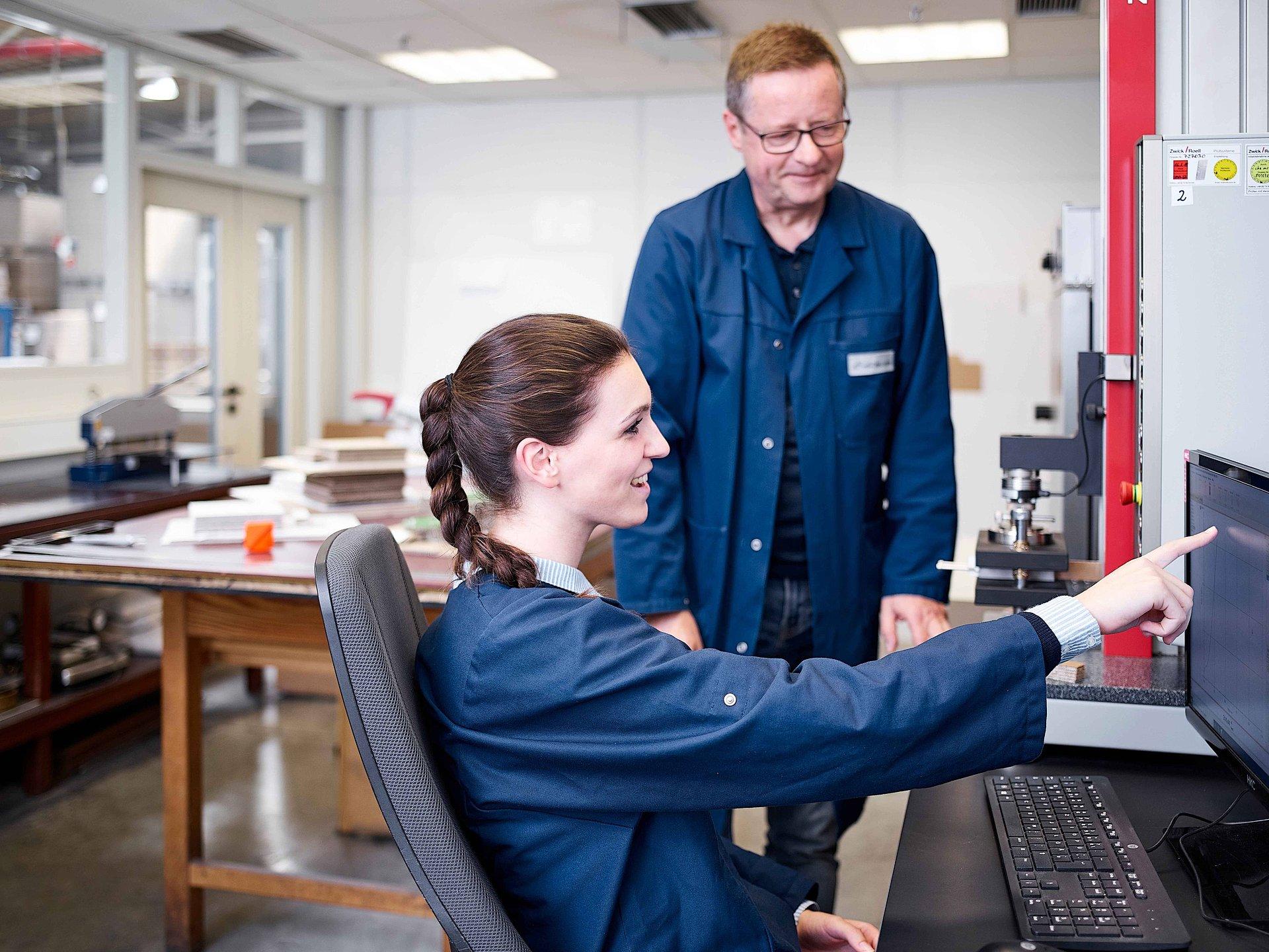 2 Mitarbeiter bei Qualitätsmanagement und Ausbildung im Prüflabor von Brohl WellpappeLabor von Brohl Wellpappe Mayen