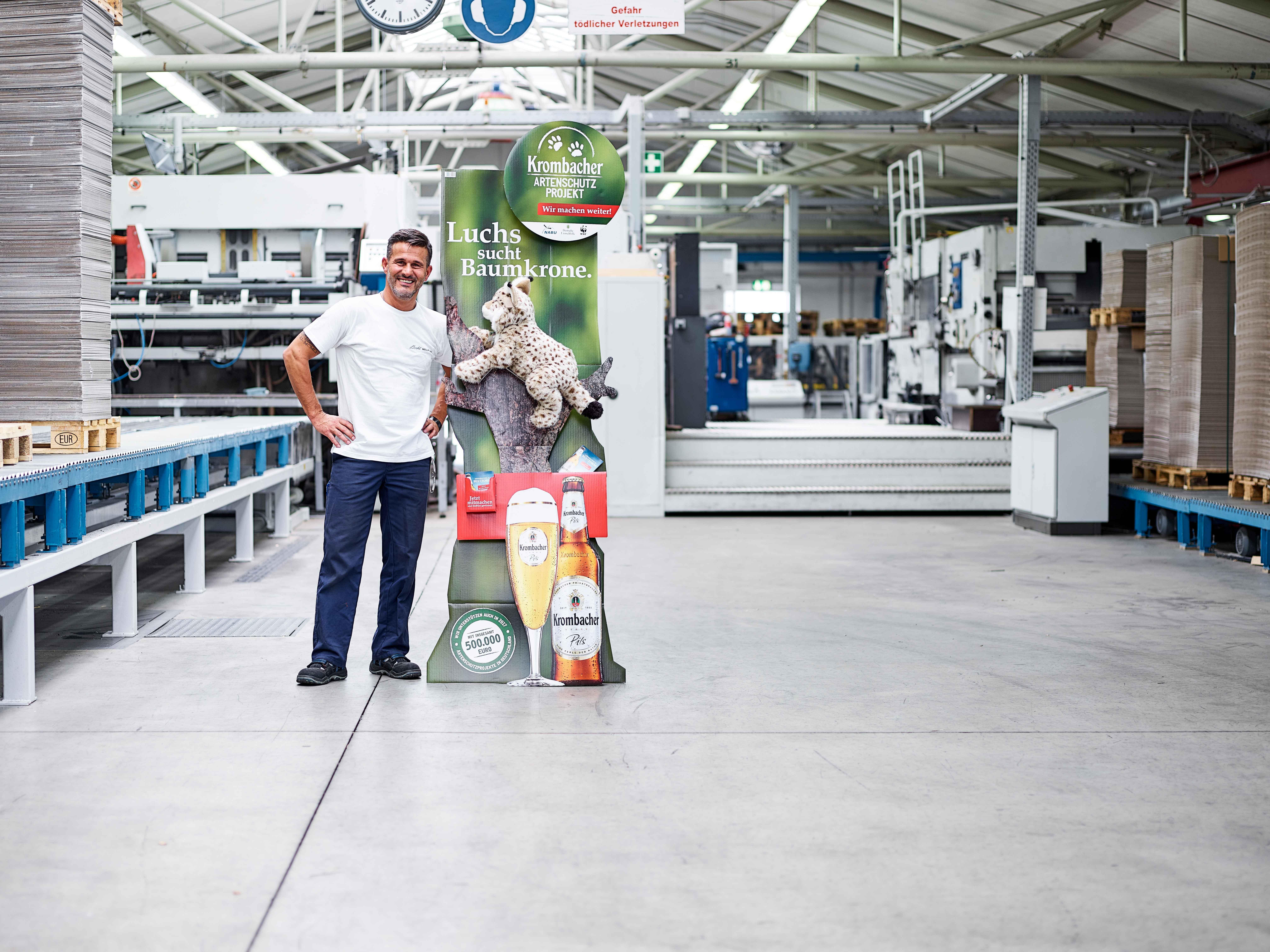 Mitarbeiter Brohl Wellpappe im Werk Niederzier mit Deko-Display in der Produktionshalle
