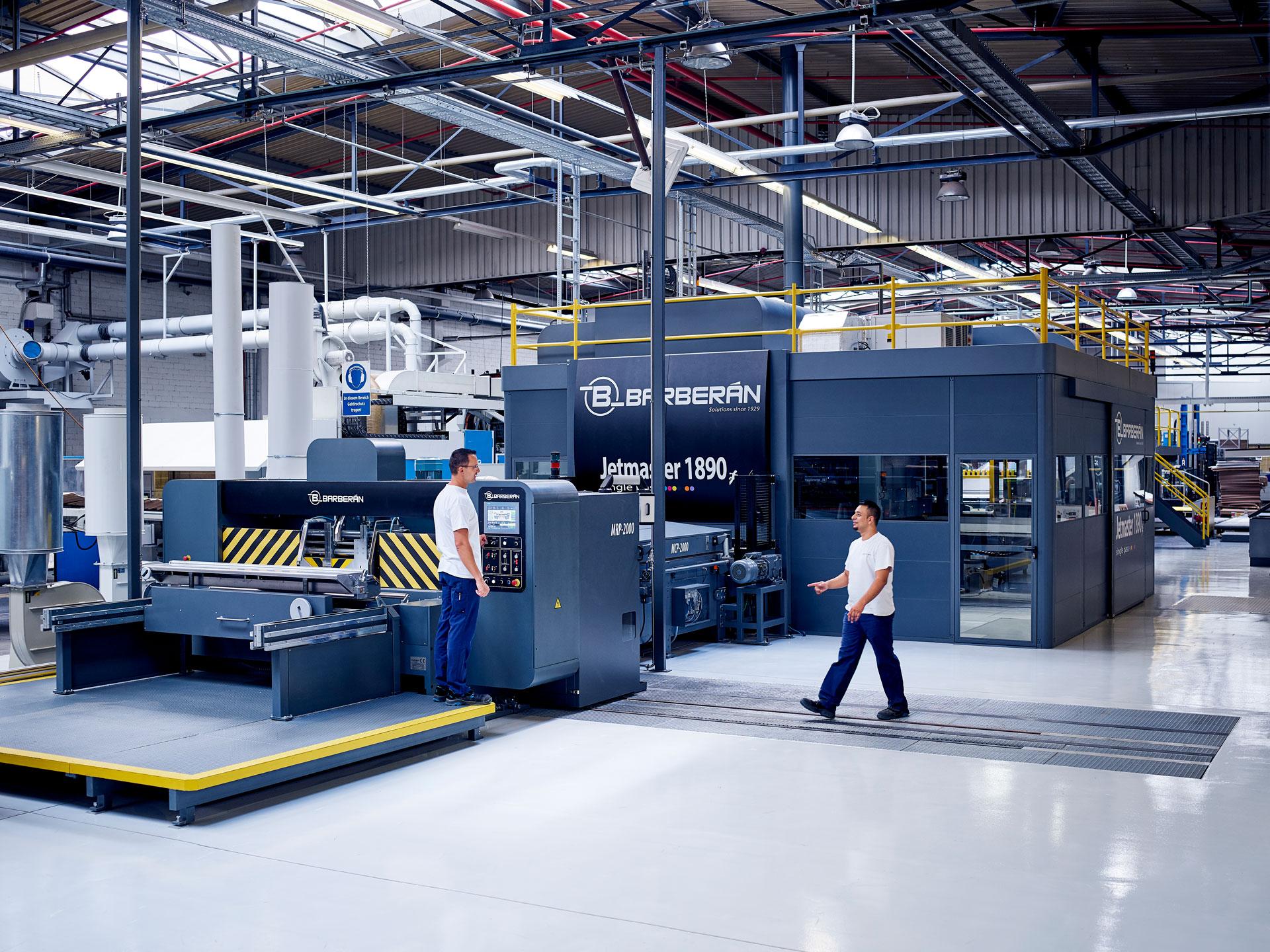 [Translate to Niederländisch:] Zwei Mitarbeiter vor der Digitaldruck Maschine von Brohl Wellpappe