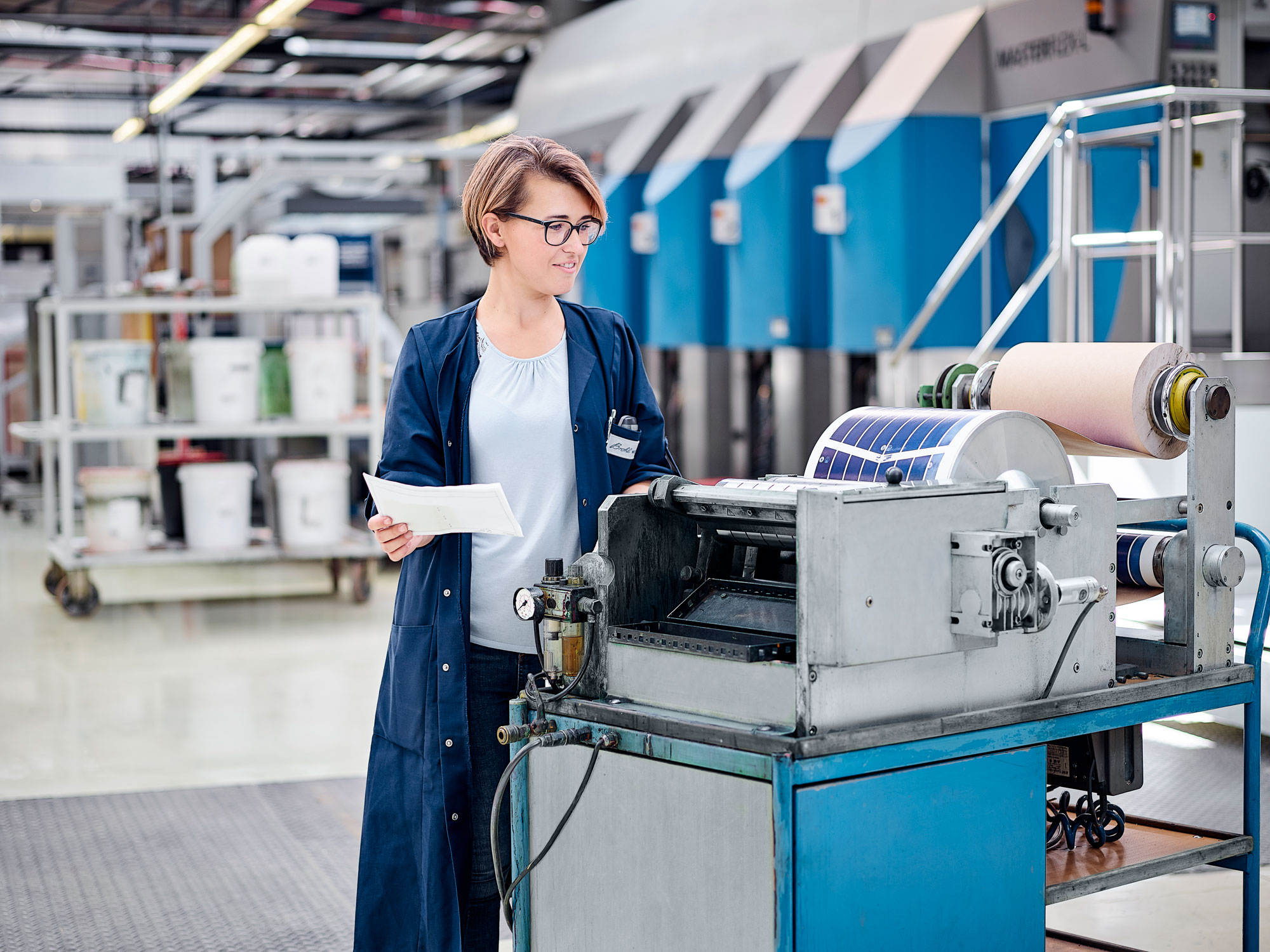 Mitarbeiterin prüft Farben für Flexodruck von Verpackungen aus Wellpappe
